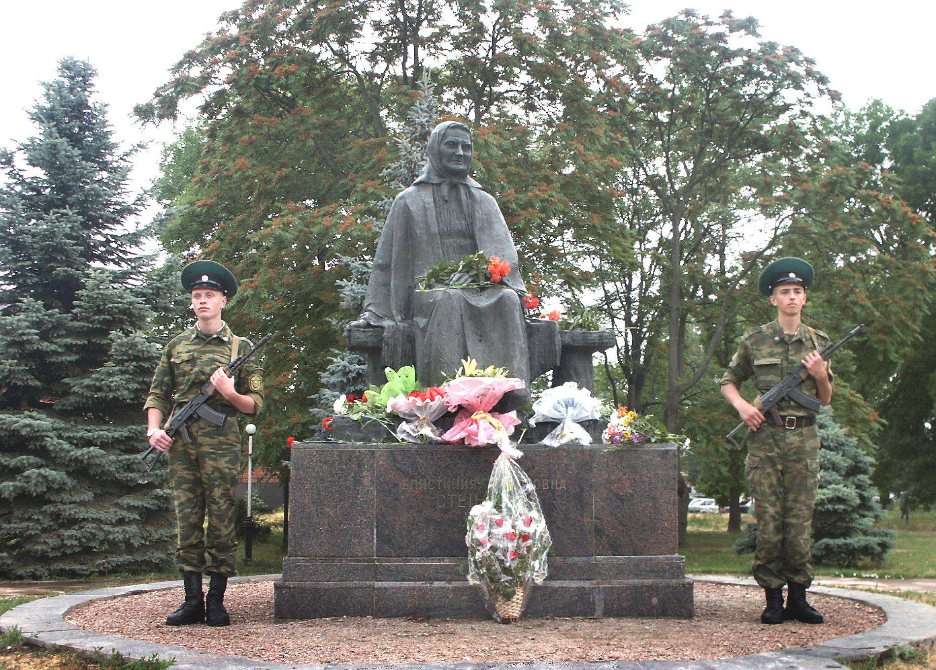 Памятник Епистинии Степановой в Тимашевске ©Фото Тимашевской центральной библиотеки, bibliotim.ru