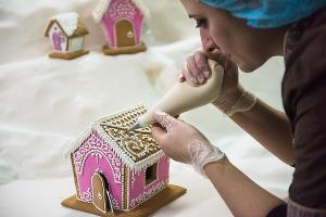 Кондитер расписывает пряничный дом ©Елена Синеок, ЮГА.ру