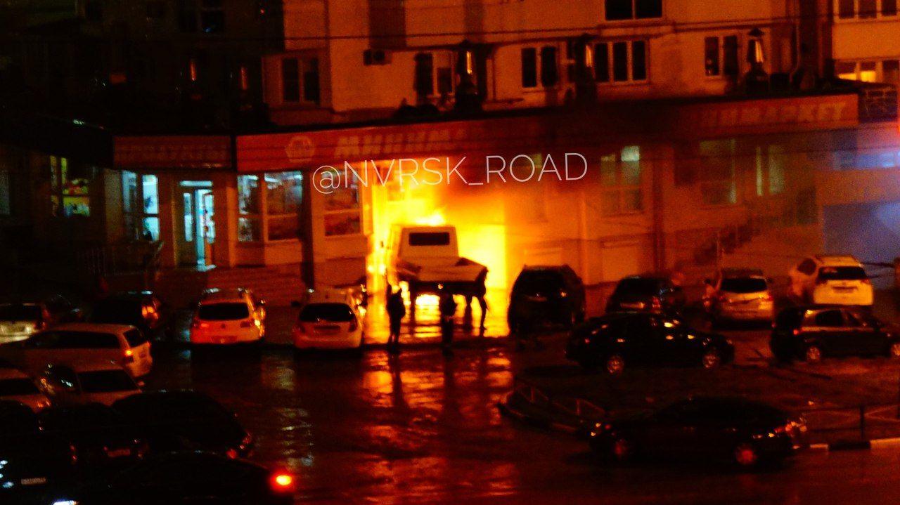 ВНовороссийске горящий грузовой автомобиль без водителя врезался вмагазин