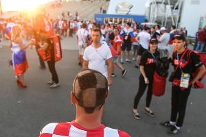 Фанаты сборных России и Хорватии перед четвертьфиналом ЧМ-2018 в Сочи ©Фото Елены Синеок, Юга.ру