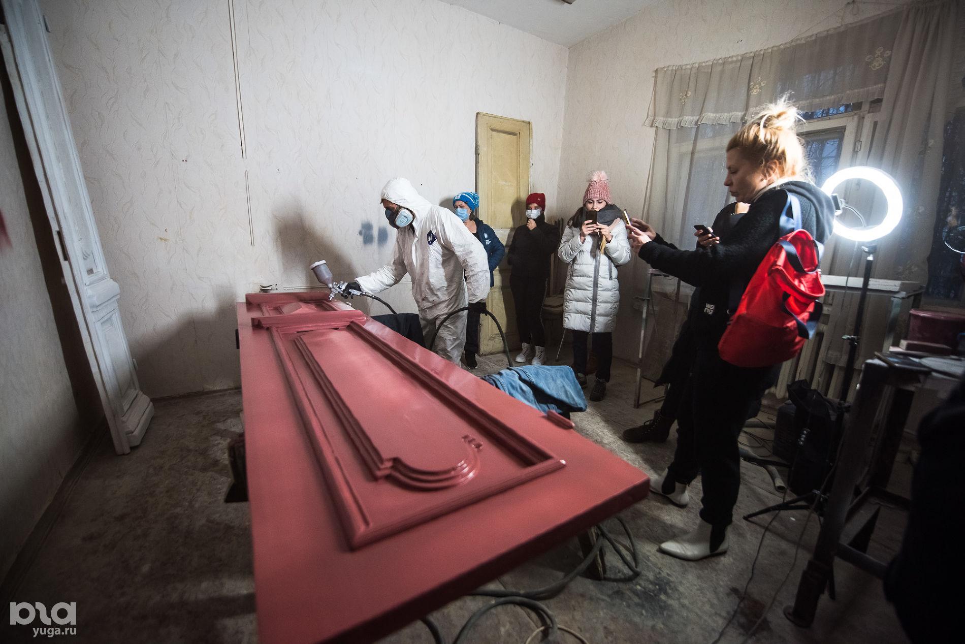 В мастерской Лазаря Щербакова ©Фото Елены Синеок, Юга.ру
