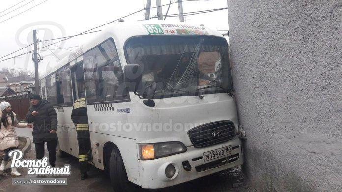 ВРостове-на-Дону маршрутка спассажирами врезалась вподстанцию— Трое пострадали