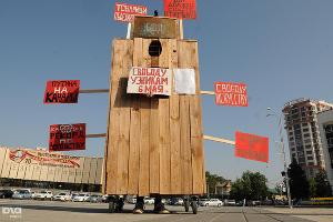 """Арт-пикет в поддержку """"узников Болотной"""" в Краснодаре ©Елена Синеок, ЮГА.ру"""