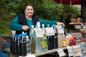 Возле любого туристического объекта можно купить местной чачи, наливки или вина ©Елена Синеок, ЮГА.ру
