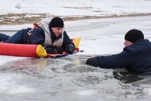 Учения краснодарской «Службы спасения» по оказанию помощи провалившимся под лед ©Елена Синеок, Юга.ру