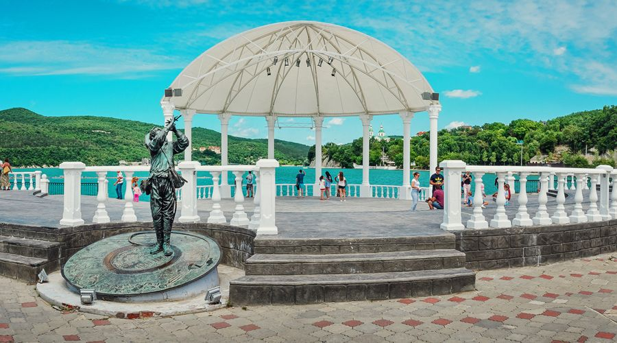 Набережная Абрау-Дюрсо ©Фото Skif-Kerch с сайта wikimedia.org