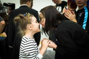 «Открытая среда» празднует Хэллоуин. София и волонтер Алена ©Фото Елены Синеок, Юга.ру