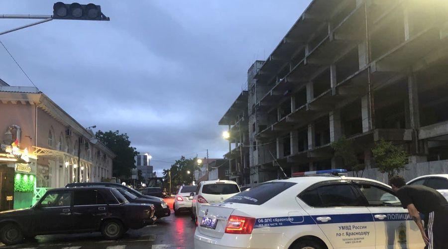 Перекрытая улица Карасунская в Краснодаре вечером 4 июня ©Фото Анастасии Паньковой, Юга.ру