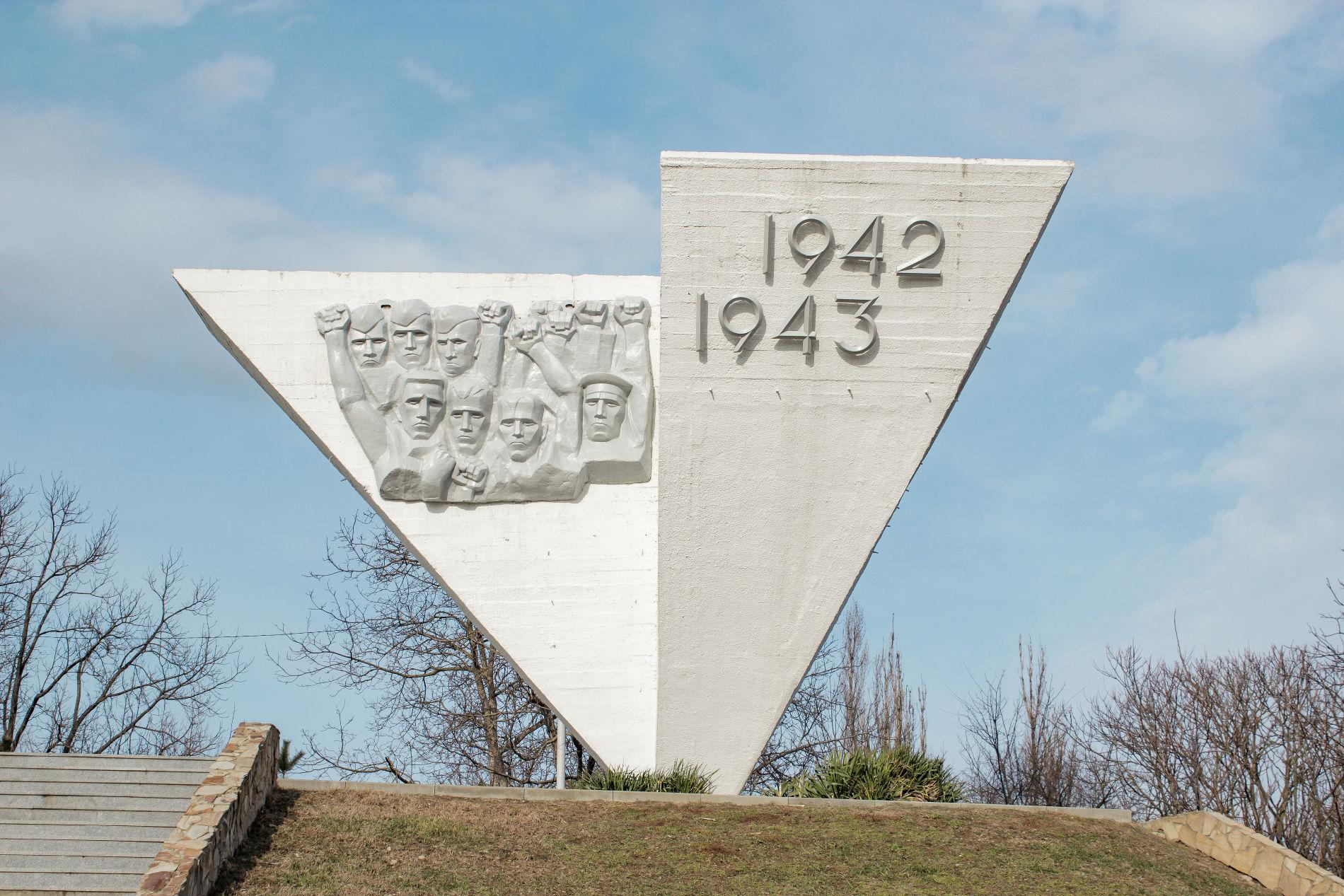 Первым делом в глаза бросается оригинальная форма монумента ©Фото Динара Бурангулова, Юга.ру