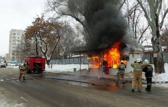 ВРостове иБатайске засутки из-за поджога сгорели два торговых ларька