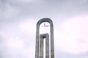 Стела на выезде из Гагры ©Елена Синеок, ЮГА.ру