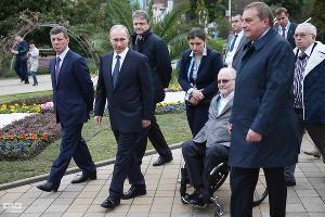 Владимир Путин осматривает безбарьерную среду в Сочи (март 2014) ©Влад Александров, ЮГА.ру