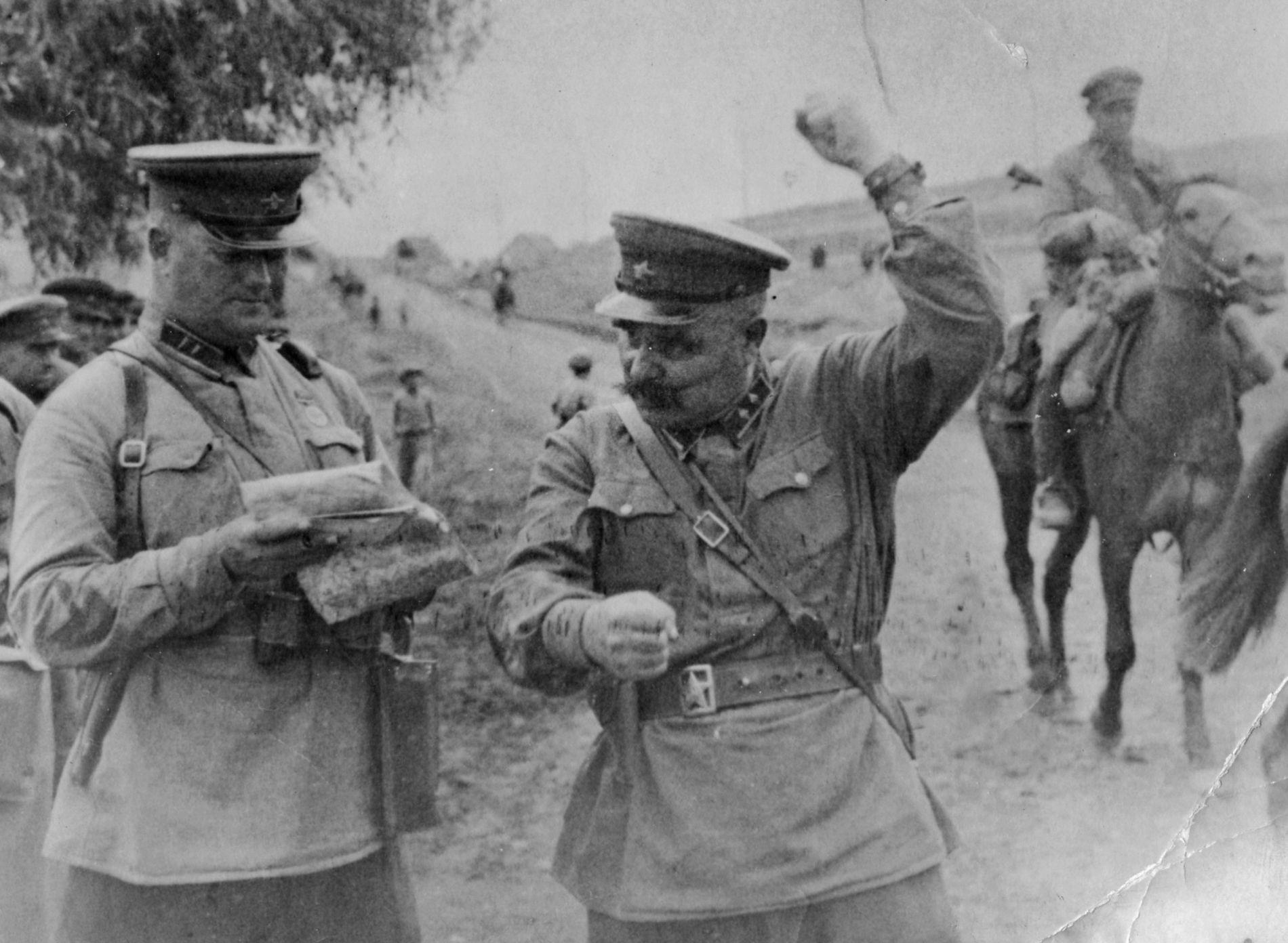 В центре — командир 72-й кавалерийской дивизии генерал-майор В.И. Книга. Крым, весна 1942 года ©Фото с сайта waralbum.ru