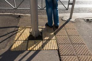 Плитка, предупреждающая о препятствии, и плитка, обозначающая поворот ©Фото Елены Синеок, Юга.ру