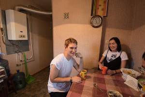 Валера и волонтер Алена на кухне тренировочной квартиры ©Фото Елены Синеок, Юга.ру