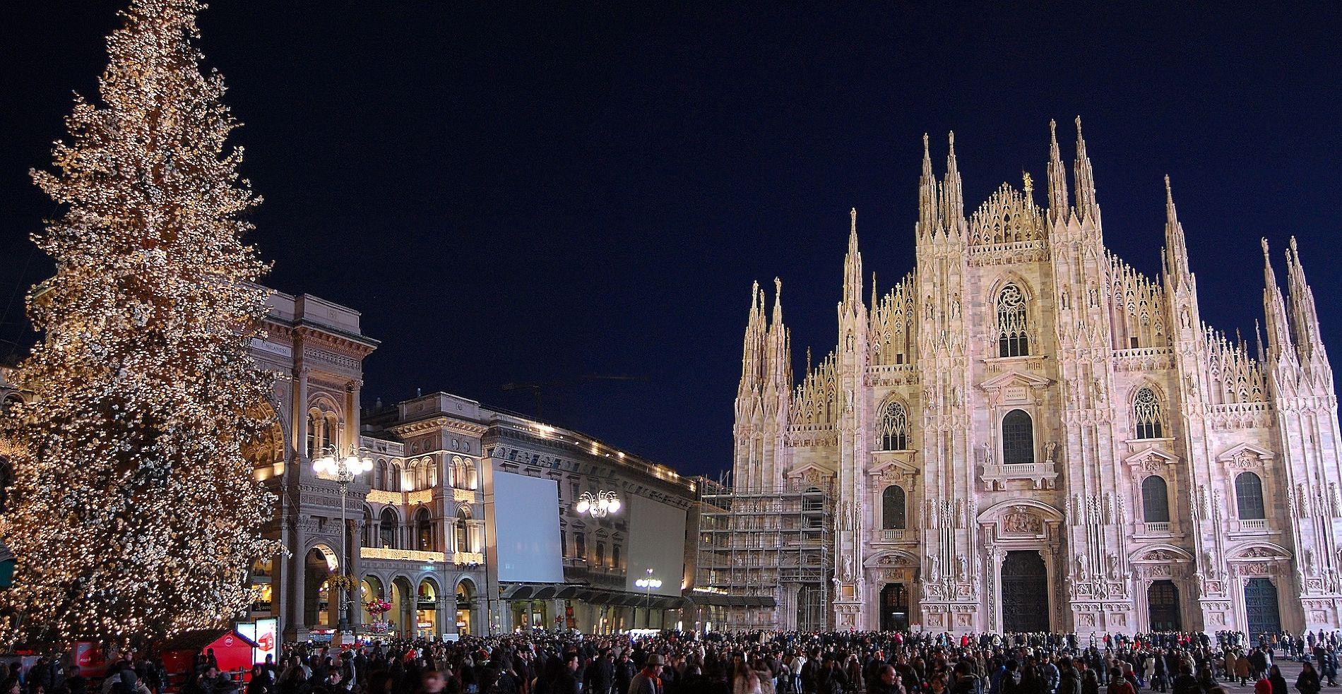 Рождественская ель перед Дуомо в Милане ©Фото с сайта commons.wikimedia.org