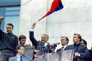 Президент РСФСР Борис Ельцин поздравил собравшихся с победой, 22 августа 1991 года ©Фото пресс-службы Кремля, kremlin.ru