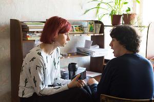 Психолог Дарья проводит занятие с Артуром ©Фото Елены Синеок, Юга.ру