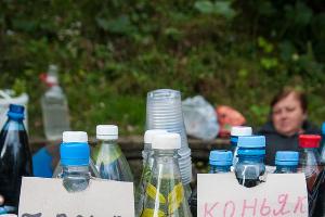 Перед покупкой барбарисовой чачи или домашней наливки ее всегда можно попробовать ©Елена Синеок, ЮГА.ру