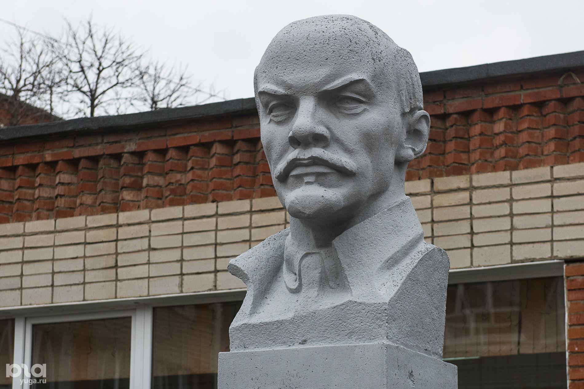 Бюст Ленина на территории школы № 43 ©Фото Елены Синеок, Юга.ру