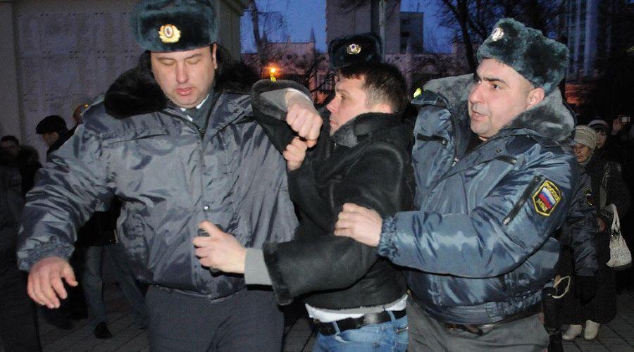 """Акция """"Белая лента"""" в поддержку честных выборов в Краснодаре ©Елена Синеок. ЮГА.ру"""