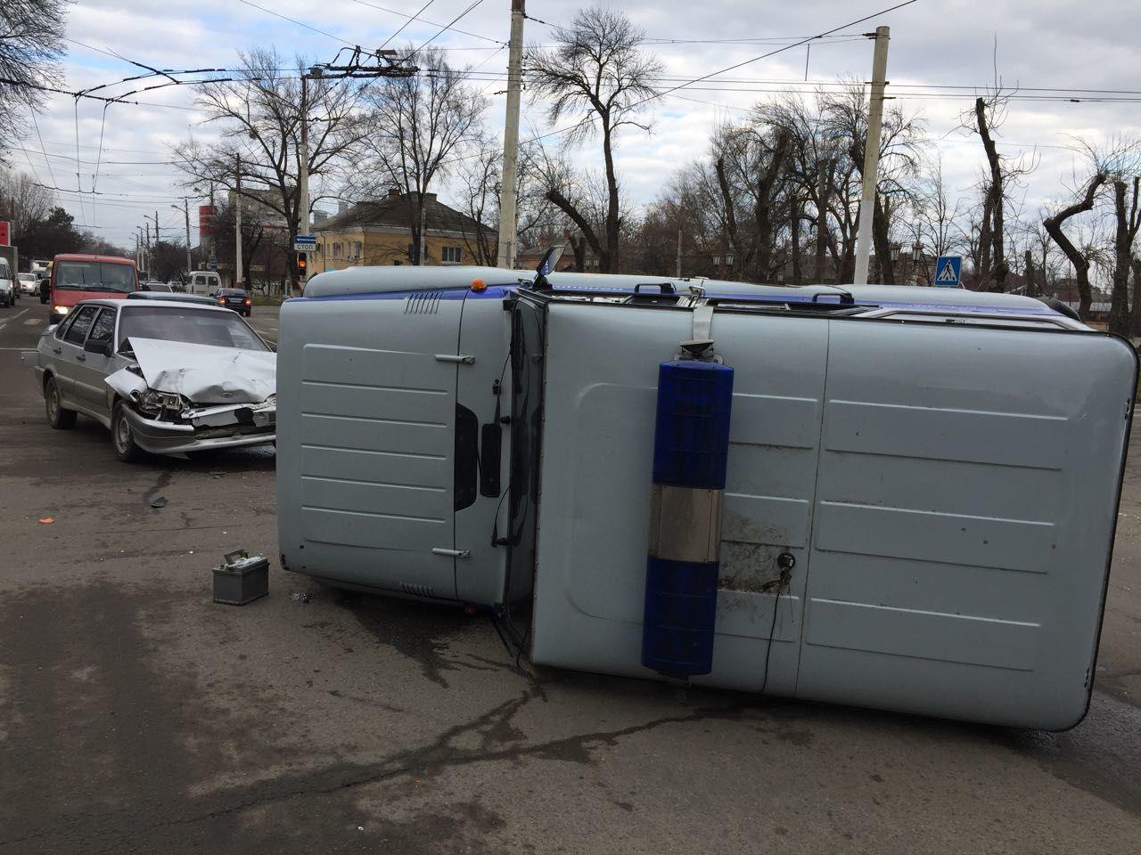 ВАрмавире после ДТП перевернулась полицейская машина