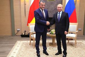 Анатолий Бибилов и Владимир Путин ©Фото пресс-службы Кремля