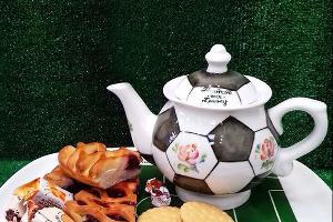Сервиз «Чаепитие на футбольном поле» ©Фото из аккаунта instagram.com/semikarakorskaya_keramika