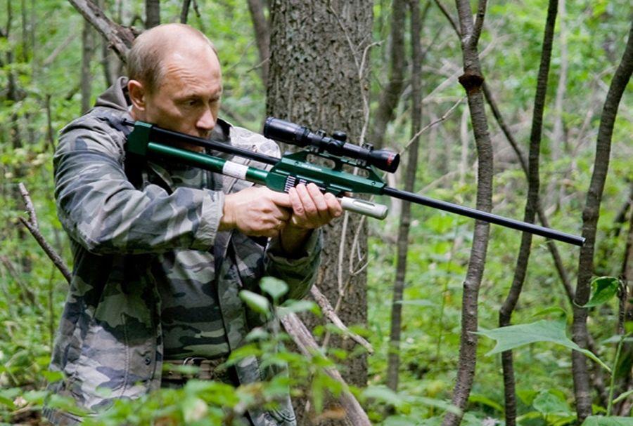Путин стреляет по тигру из транквилизаторной винтовки ©Фото с сайта commons.wikimedia.org
