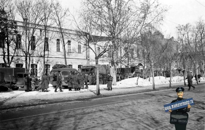 Немецкие солдаты на улице Красной, январь 1943 года ©Фото с сайта myekaterinodar.ru