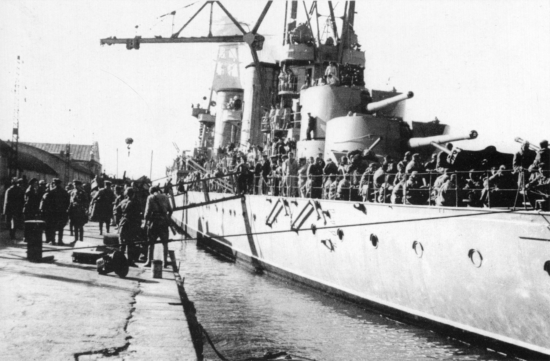 Погрузка советской пеходы на крейсер «Красный кавказ», 1942 год ©Фото с сайта http://waralbum.ru