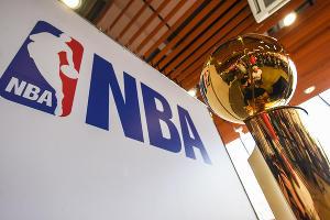 Баскетболист Тимофей Мозгов привез в Краснодар чемпионский кубок NBA ©Елена Синеок, ЮГА.ру