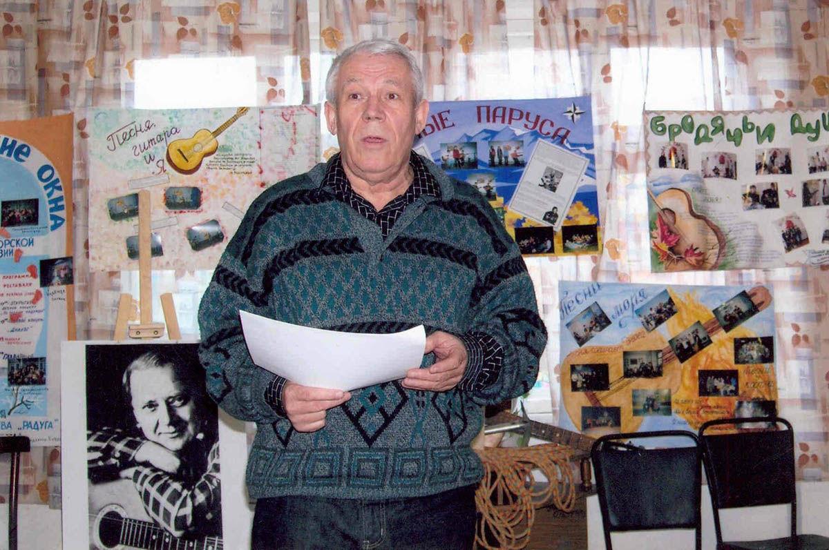 Руслан Шмаков дает интервью на Грушинском фестивале 2015 года ©Фото из архива Руслана Шмакова