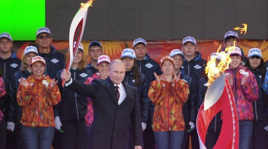 Владимир Путин с олимпийским огнем ©пресс-служба Кремля