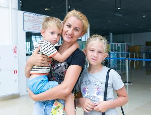 Елена Чернышова с сыном Павлом и дочерью Анастасией