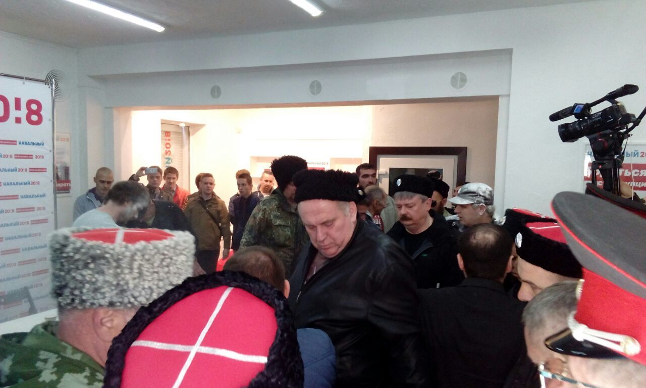 «Казаки» напали наштаб Навального вКраснодаре