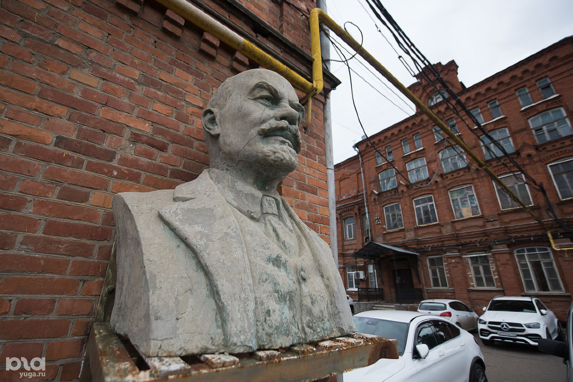 Бюст Ленина на улице Седина ©Фото Елены Синеок, Юга.ру