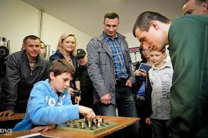 Сын Виталия Кличко играет в шахматы с осужденным в Белореченской воспитательной колонии ©Елена Синеок. ЮГА.ру