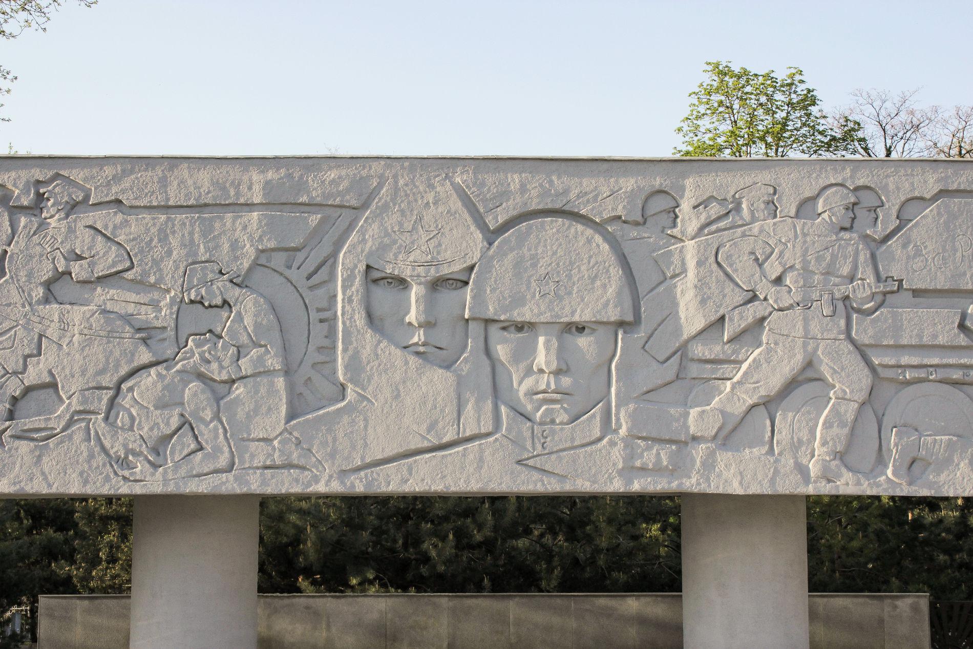 Барельеф изображает эпизоды как из Гражданской войны, так и из Великой Отечественной ©Фото Динара Бурангулова, Юга.ру