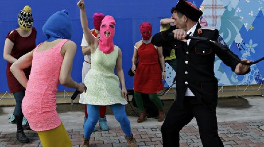 Казаки избили участниц Pussy Riot в Сочи ©Associated Press