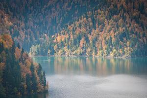 Вид на озеро Рица с другой стороны ©Елена Синеок, ЮГА.ру