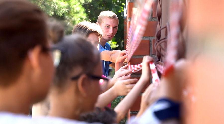 В знак протеста дети обмотали дом сигнальной лентой ©Кадр из видео канала «Гезалов центр», youtube.com