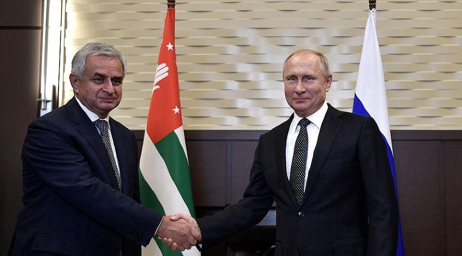 Владимир Путин и Рауль Хаджимба ©Фото пресс-службы администрации президента РФ