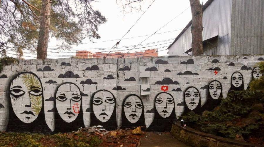 Граффити стрит-арт-художника Sad Face во дворе «Типографии» ©Фото Алексея Илькаева