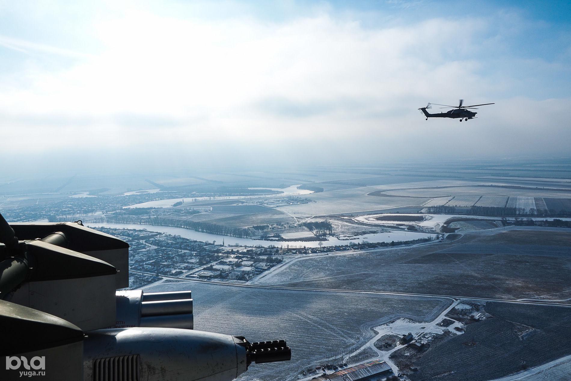 Экипаж вертолета Ми-28Н «Ночной охотник» выполняет полет с отработкой элементов простого и сложного пилотирования ©Виталий Тимкив, Юга.ру