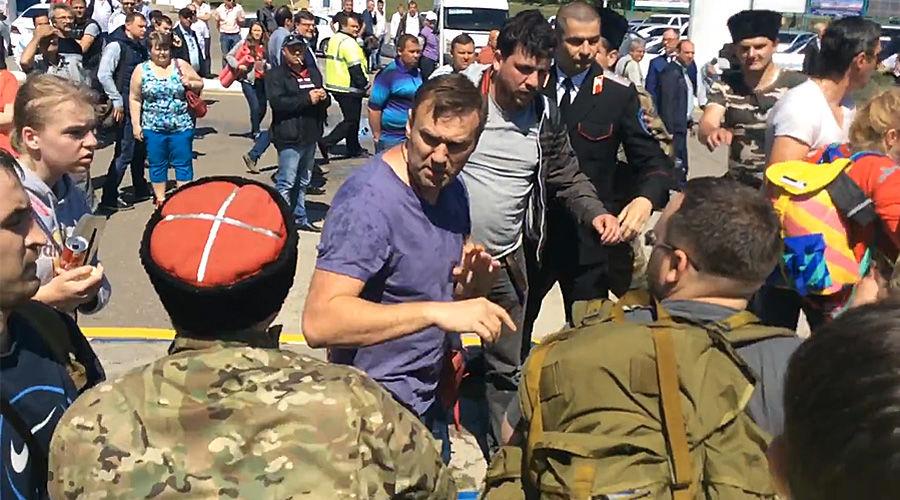 Нападение людей в казачьей форме на Алексея Навального в Анапе ©Скриншот с видео Дмитрия Слабоды с youtube.com