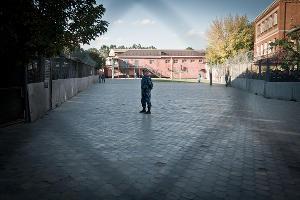 Место для прогулки заключенных. На общую площадку их выпускают лишь во время турнира по футболу или в других исключительных случаях ©Елена Синеок, ЮГА.ру