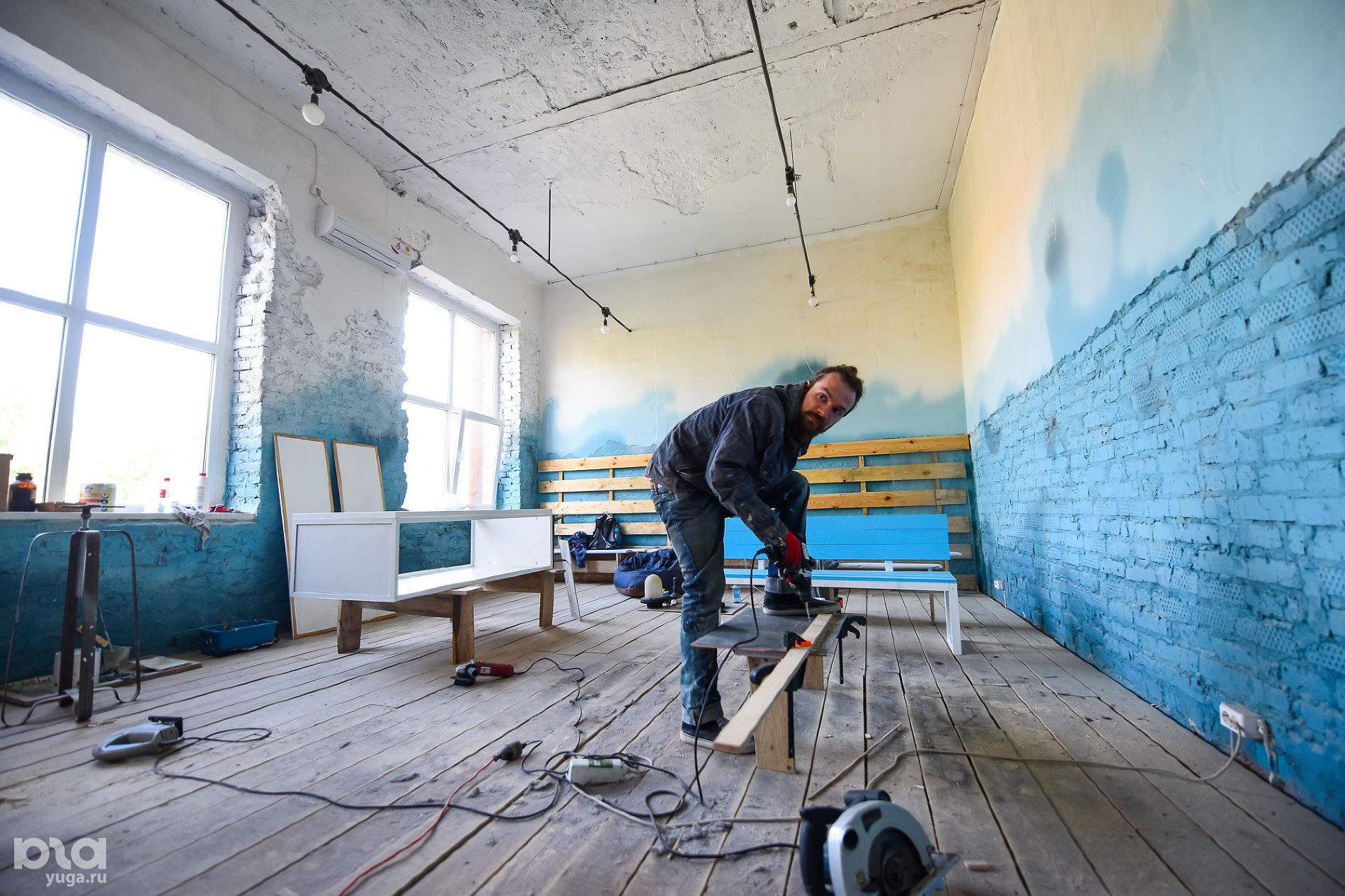 Монтаж выставки Art South ©Фото Елены Синеок, Юга.ру