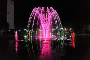 Светомузыкальный фонтан на площади Дружбы в Майкопе ©Фото пресс-службы администрации Майкопа