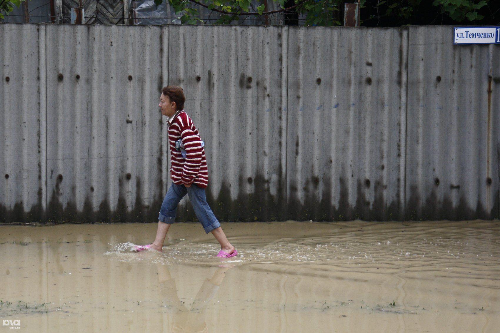 Сильный дождь наКубани подтопил 21 придомовую территорию ивосемь домов